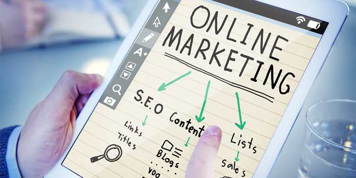 uomo che indica su di un tablet la scritta online marketing