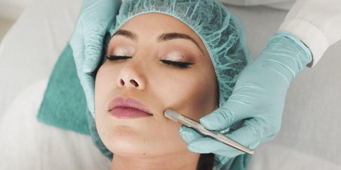 dermatologo che pratica la liposuzione viso