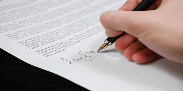 avvocato che firma su un foglio di carta