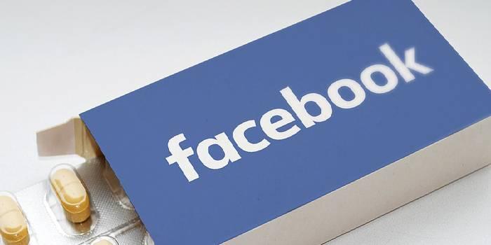 scatola di farmaci con scritta facebook