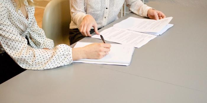 avvocato che scrive un contratto