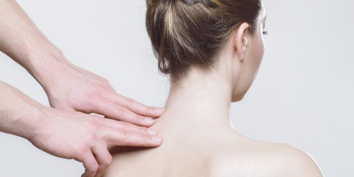 fisioterapista che effettua un massaggio alla spalla