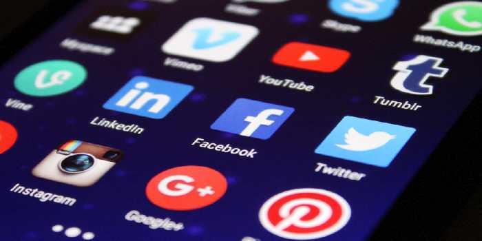 cellulare con tutte le icone dei social network