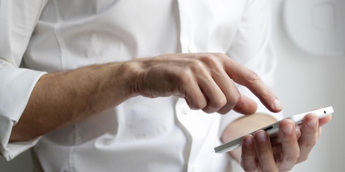 persona con cellulare tra le mani