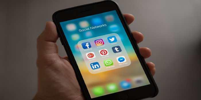 cellulare con scritta social networks e loghi di social media