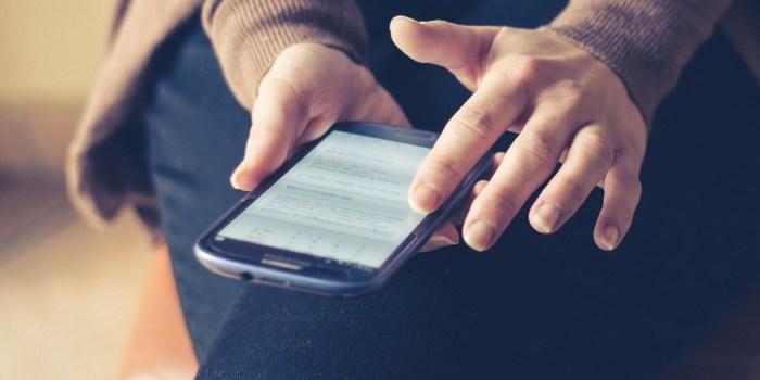 persona che chatta sul cellulare