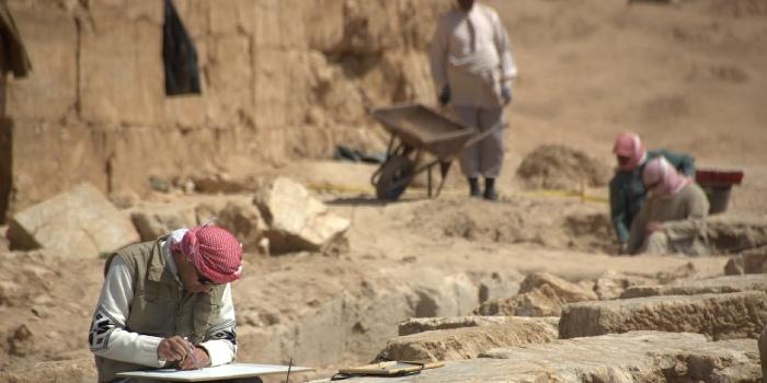 archeologi che lavorano