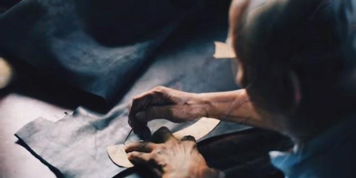 artigiano che prende cuce una camicia