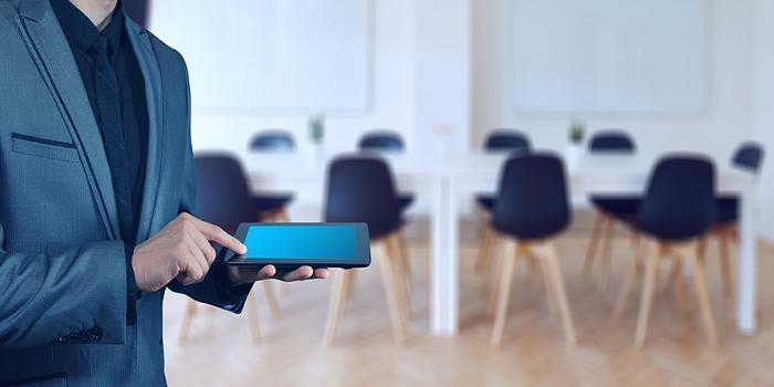recruiter che possiede un tablet