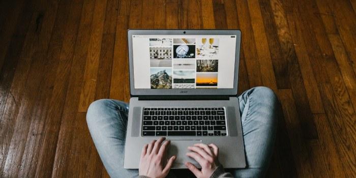persona che naviga sul web