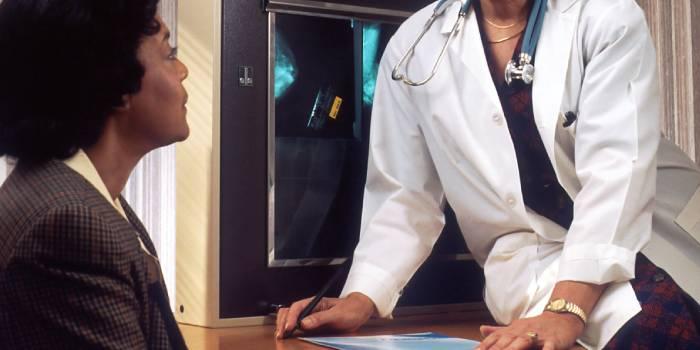 ortopedico che parla alla paziente