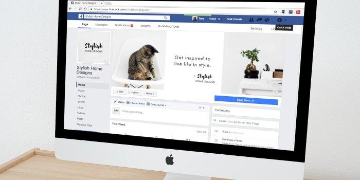 schermo del pc con schermata facebook