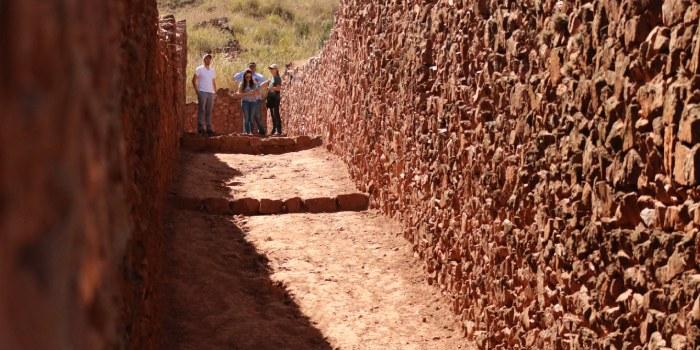 persone che lavorano in un sito archeologico
