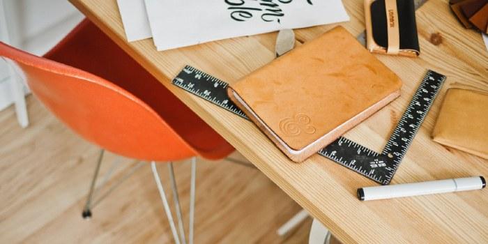 tavolo con blocco notes e riga