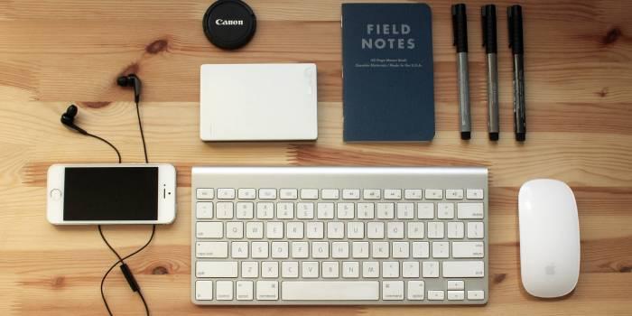 oggetti per il computer e penne