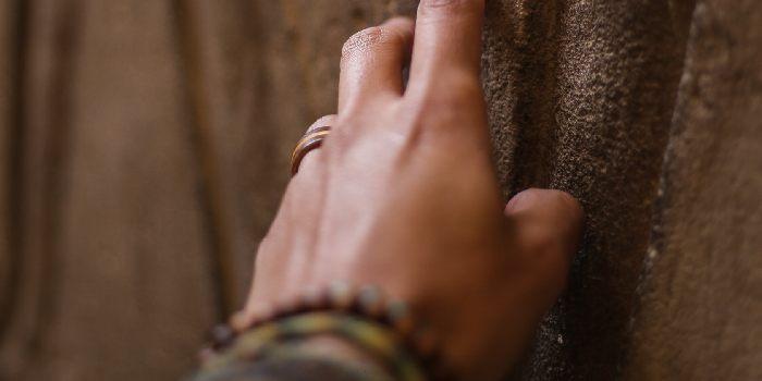 mano su di un muro