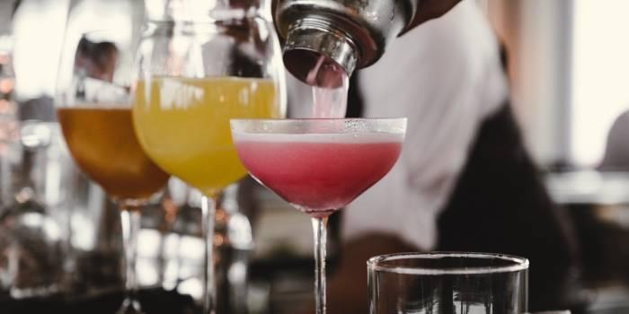 primo piano di tre cocktail in bicchiere