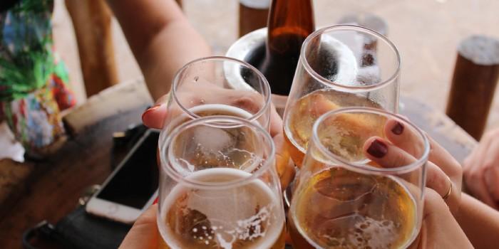 persone che bevono birra