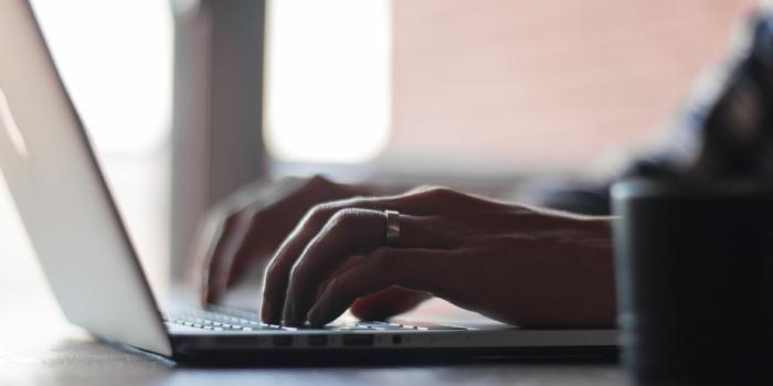 persona che scrive al computer