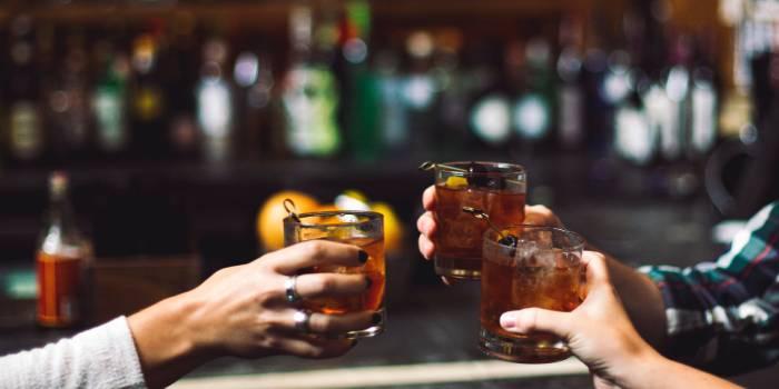 primo piano di tre bicchieri con cocktail in un bar