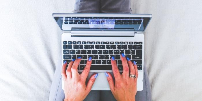 mani che digitano sulla tastiera del pc