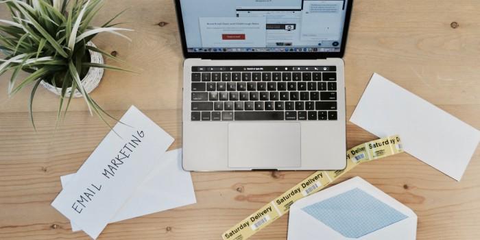 foglio bianco con scritta email marketing