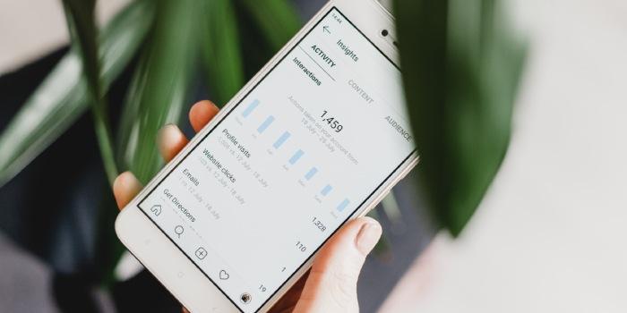 smartphone con schermata su insights da piattaforme social