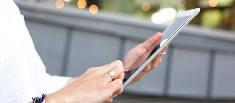 persona che legge le mail da tablet