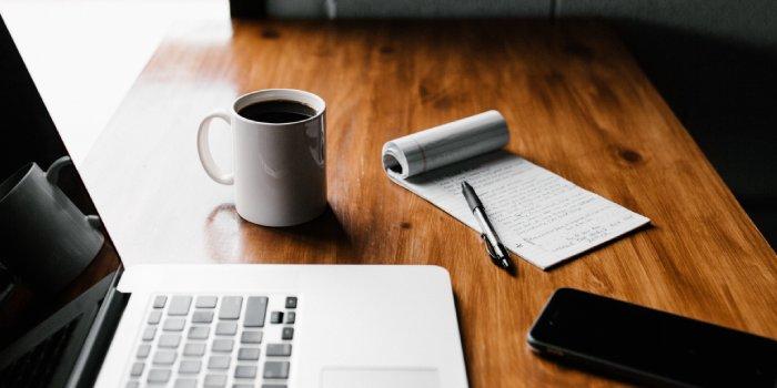 computer con cellulare sul tavolo