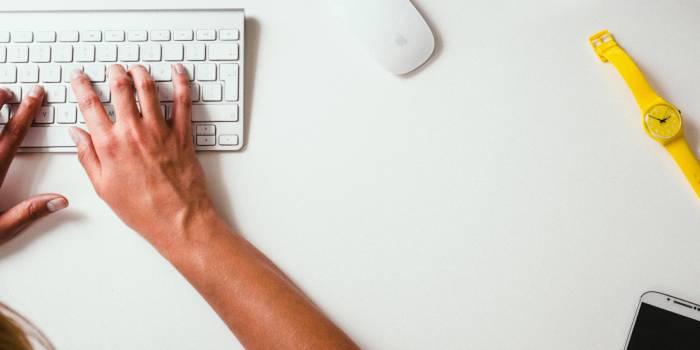 persona che digita sulla tastiera del pc