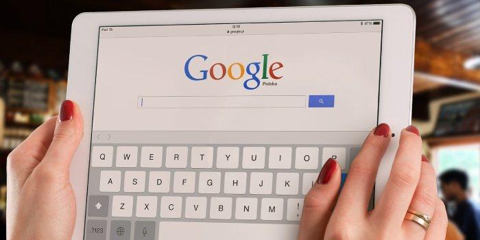 tablet con schermata con accesso a google