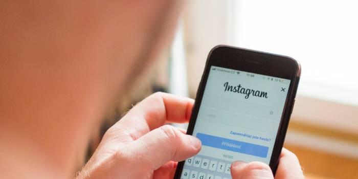 persona che accede ad Instagram