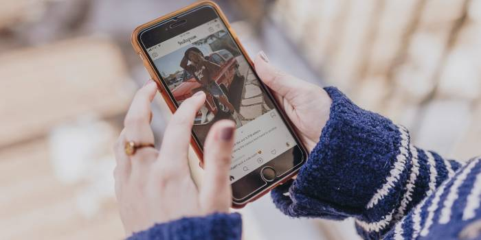 persona che accede ad instagram business