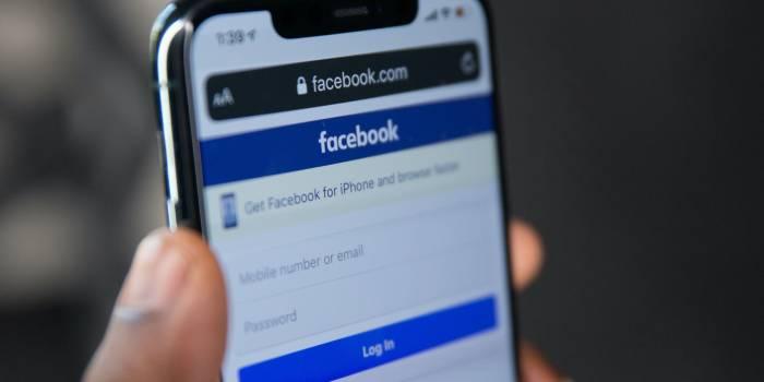 smartphone con schermata accesso a facebook