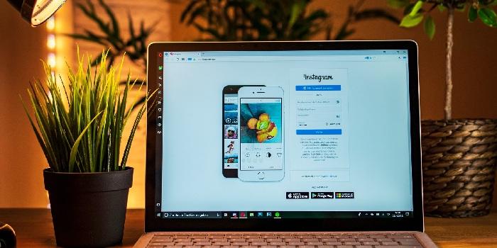 pc con pagina aperta su sito web instagram