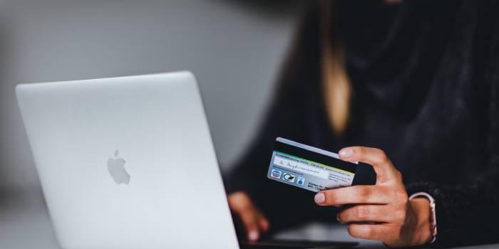 persona che effettua pagamento carta di credito